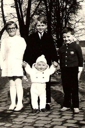 Die kleine Katharina mit ihren drei Brüdern.