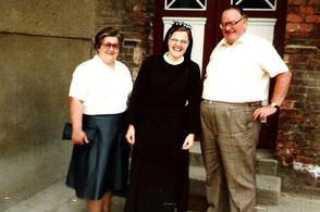 Eine strahlende Sr. Katharina zwischen ihren Eltern 1984.
