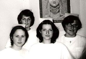 """Das """"Katholikenzimmer"""" im Internat. Das Mädchen mit der Kreuzkette um den Hals ist die spätere Sr. Katharina während ihrer Ausbildung zur Krankenschwester."""