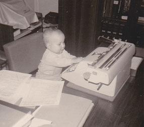 Frühe Affinität zum Schreibtisch. Das Foto entstand 1968.