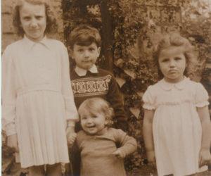 Haarmann Mitte 1950 mit den Schwestern Eugenie, Rita und Hildegard (v.l.).