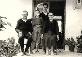 Vater Dimitrios, Mutter Kanelia, Bruder Nikitoris und Neffe Vasilios in Griechenland
