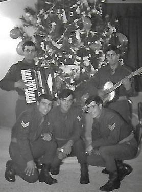 1966: Konstantin Koulaxidis bringt seinen Kameraden beim Militär ein ganz besonderes Geschenk mit: den deutschen Weihnachtsbaum.