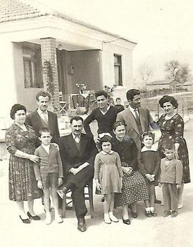 Konstantin Koulaxidis griechische Familie mit Schwester, Schwager, Onkel, Bruder, Schwägerin, Tante, Neffen und Nichten.