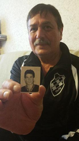"""Konstantin """"Costa"""" Koulaxidis mit dem einzigen Foto von ihm als junger Mann, das er seinerzeit aus Griechenland mit nach Deutschland brachte."""